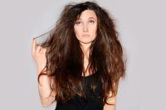 健康和秀丽 查看头发分叉的少妇 头发技巧 库存图片