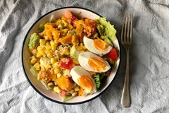 健康和素食主义者mealï ¼ Œegg南瓜鲕梨和玉米 库存图片