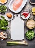 健康和节食与鸡胸脯、米、鸡蛋和绿色菜的食物:硬花甘蓝、豌豆和春天葱 烹调成份fo 免版税库存照片