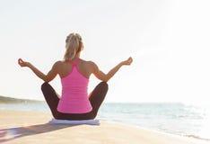 年轻健康和适合的女子实践的瑜伽剪影  库存照片