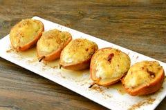 健康和饮食食物:与乳清干酪和坚果的梨 免版税图库摄影