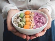 健康和鲜美食物-莓果圆滑的人和muesli 免版税库存图片