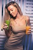 健康咖啡馆饮用的圆滑的人的美丽的女孩 去素食主义者 与自然产品的健康生活 库存照片