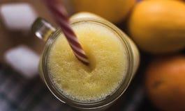 健康圆滑的人、桔子和柠檬混合 顶视图 免版税库存照片