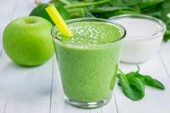 健康圆滑的人用绿色苹果、菠菜、石灰和椰奶 库存照片