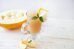 健康圆滑的人维生素喝用薄菏和甜瓜瓜 库存照片