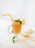 健康圆滑的人维生素饮料 免版税库存图片