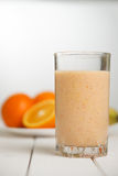 健康在木桌上的饮料橙色圆滑的人 免版税库存照片