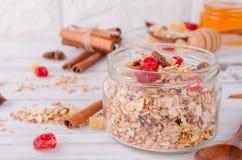 健康在玻璃瓶子的早餐集合格兰诺拉麦片 免版税库存图片