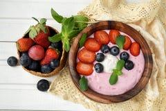 健康夏天早餐操作点心的想法 在碗的圆滑的人 免版税库存照片
