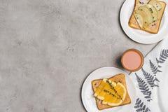 健康多士顶视图用蜂蜜和切片果子和杯新鲜的汁液 库存照片