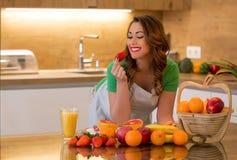 健康女孩在厨房里 免版税图库摄影