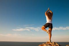 健康妇女实践瑜伽 图库摄影