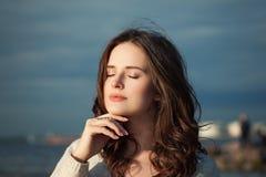 健康妇女放松室外 美丽的模型年轻人 图库摄影