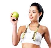 健康妇女用苹果和瓶水 免版税图库摄影
