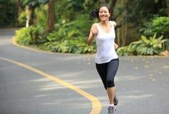 健康妇女赛跑 免版税图库摄影
