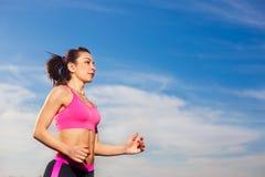 年轻健康妇女跑室外 图库摄影