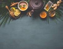 健康姜黄香料茶用柠檬、姜和蜂蜜在黑暗的背景 免疫促进的补救 免版税库存照片