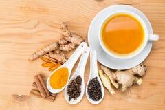 健康姜黄茶用黑胡椒、桂香、丁香和杜松子酒 库存图片