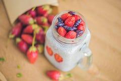 健康层状点心用chia布丁、草莓和蜂蜜 免版税图库摄影