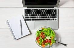 健康工作午餐快餐在办公室,菜沙拉顶视图 免版税库存照片