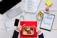 健康工作午餐顶视图在桌上 免版税图库摄影