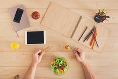 健康工作午餐顶视图在桌上 免版税库存照片