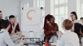 健康工作场所 在现代办公室慢动作红色史诗的年轻美好的非洲女商人主导的队会议 影视素材