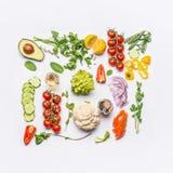 健康干净的吃布局、素食食物和饮食营养概念 沙拉的各种各样的新鲜蔬菜成份在白色 图库摄影