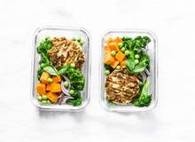 健康平衡的午餐盒 烤鸡夏南瓜汉堡用硬花甘蓝,南瓜,在轻的背景的绿豆沙拉,名列前茅vi 免版税库存图片