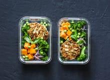 健康平衡的午餐盒 烤鸡夏南瓜汉堡用硬花甘蓝,南瓜,在黑暗的背景的绿豆沙拉,上面竞争 免版税库存照片