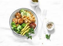 健康平衡的菩萨碗午餐-辣蒸丸子用鸡豆、硬花甘蓝、青豆和火鸡丸子在轻的背景 库存照片