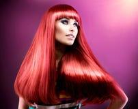 健康平直的长的红色头发 免版税库存图片