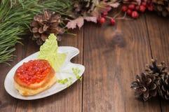 健康开胃菜:三明治用在白色瓷板材的红色鱼子酱 木背景 顶视图 特写镜头 库存照片