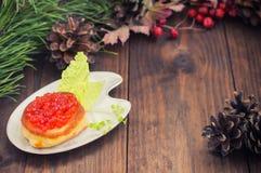 健康开胃菜:三明治用在白色瓷板材的红色鱼子酱 木背景 顶视图 特写镜头 库存图片