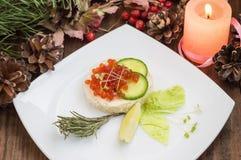 健康开胃菜:与海三文鱼和红色鱼子酱的三明治在白色瓷板材 木背景 顶视图 免版税库存照片
