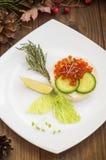 健康开胃菜:与海三文鱼和红色鱼子酱的三明治在白色瓷板材 木背景 顶视图 库存照片