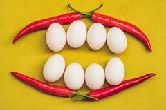 健康微笑的食物面孔 早餐概念,愉快的复活节概念 从鸡蛋和红辣椒的白色微笑牙 库存图片