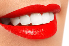 健康微笑 漂白的牙 牙齿保护概念 美丽的嘴唇和白色牙 免版税图库摄影