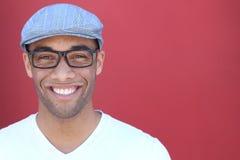 健康微笑 漂白的牙 美好的微笑的年轻人画象关闭  在现代红色背景 生意人笑