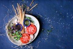 健康快餐板材,蕃茄,新芽,面包条 苹果酱 库存照片