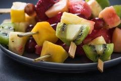 健康快餐,异乎寻常的果子kebabs 库存图片