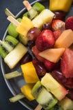 健康快餐,异乎寻常的果子kebabs 免版税库存照片