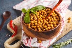 健康快餐-在一个木碗的被烘烤的辣鸡豆 健康 免版税库存图片
