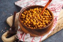健康快餐-在一个木碗的被烘烤的辣鸡豆 健康 免版税库存照片