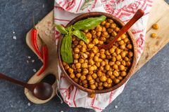 健康快餐-在一个木碗,顶视图的被烘烤的辣鸡豆 库存图片