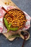 健康快餐-在一个木碗,顶视图的被烘烤的辣鸡豆 图库摄影