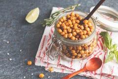 健康快餐-在一个玻璃瓶子的被烘烤的辣鸡豆 健康ve 库存照片