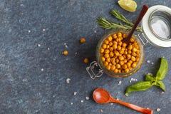 健康快餐-在一个玻璃瓶子,顶视图的被烘烤的辣鸡豆, 免版税库存照片