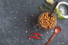 健康快餐-在一个玻璃瓶子,顶视图的被烘烤的辣鸡豆, 库存图片